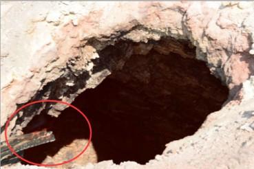 新疆某小区附近山坡上出现神秘燃烧洞口