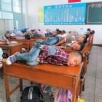 学生们在课桌上睡午觉