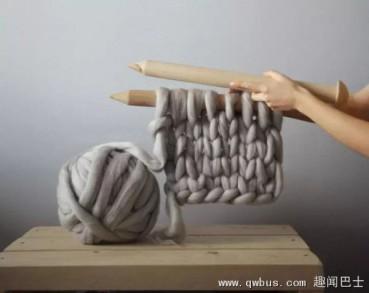 开眼了!姑娘用擀面杖织围巾热卖