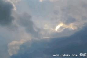 美天空现诡异天象 神秘光柱在云中摆动