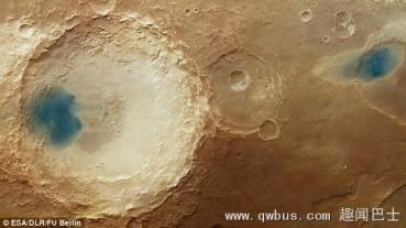 火星陨石坑内发现蓝色湖泊?光影效果下视错觉
