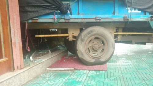 报废拖拉机自己发动乱窜 完美绕过豪车-趣闻巴士
