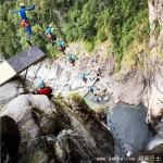 男子从58米高瀑布跳水 带摄像头记录下落过程