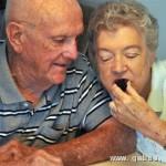 80岁夫妇存60年前结婚蛋糕每年取出享用