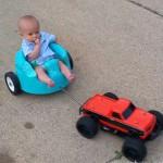 老爸太会玩 遥控车带宝宝兜风
