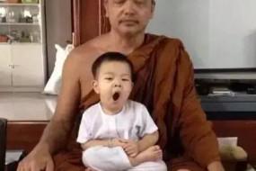 泰国2岁小和尚打坐时睡倒萌翻无数人