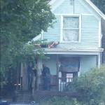 疑犯跟警察躲猫猫被路人拍下