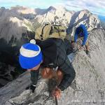 探险家沿刀削般山脊行走 险象环生