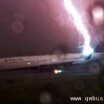 震撼!近距离实拍闪电击中客机
