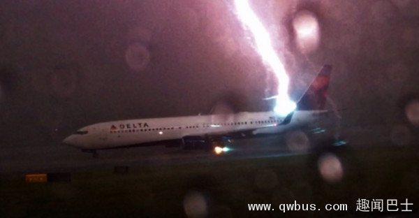美国网友拍到闪电击中亚特兰大国际机场停机坪等待起飞的波音737飞机画面