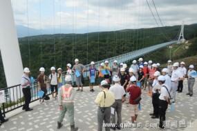 日本50人测试桥梁 蹲起使桥晃动如海中行船