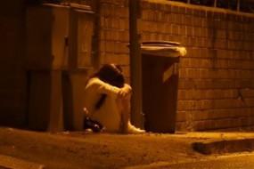 胆小者慎入!白衣女半夜街边哭泣 路人走近探问险被吓死