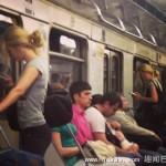 这世界太多巧合 网友拍地铁内有趣的撞脸撞衫照