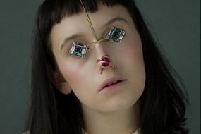 女子妆容新理念:用珠宝代替脸部化妆品