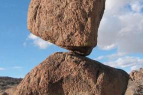 神平衡岩石屹立不倒还能预测地震