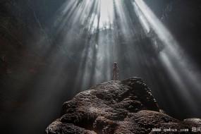 游客洞穴探险拍摄奇美景观