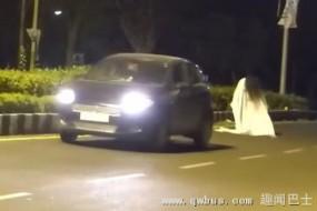 装鬼吓人反让车撞了 真是不作就不死