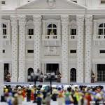 给跪了!50万乐高搭建梵蒂冈模型 人群里还能看到自拍杆