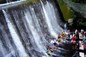 盘点各地奇葩主题餐厅 瀑布餐厅坐在水里吃饭