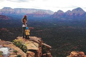 3岁女童跟随辣妈徒步探险