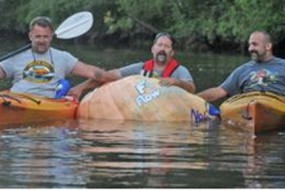 男子坐7百斤巨型南瓜划行5公里