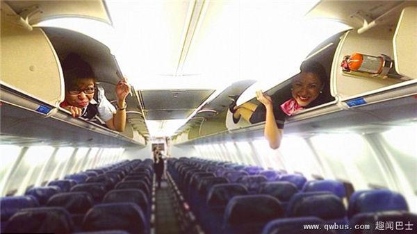 空乘人员躺客机行李柜拍照庆祝工作顺利-趣闻巴士