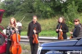高速路堵车 音乐家就地开演奏会