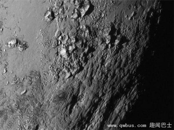 图中是首张冥王星高清图像,呈现其表面存在冰水和山脉。目前物理学家认为,冥王星次表面海洋潜藏着生命形式。