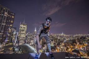 美国男子楼顶边缘拍照 欲挑战中国迪拜大厦