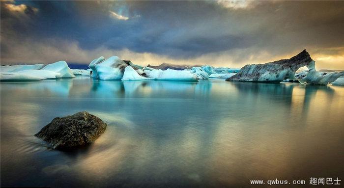 摄影师拍冰川湖 景色绝美如仙境-趣闻巴士