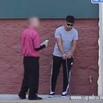 美国男子街头扮盲人测试贫富对金钱态度