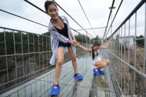 走高空玻璃吊桥妹子吓得腿软