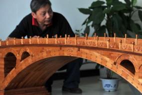 农民7000余块木头打造精美迷你赵州桥