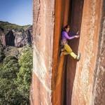 瑞士女攀岩高手徒手攀云南峭壁