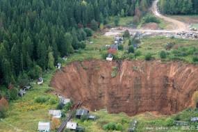 俄度假地区现巨大陷坑吞数十农舍