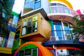 日奇葩住宅外观艳丽 据称能转运