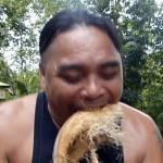 牛人秀神技 用牙秒撕椰壳