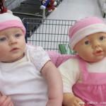 萌宝和玩具娃娃合影看了难辨真假