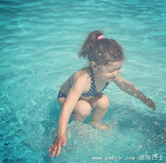 她是在水底还是刚跳进水里?这张图让网友吵翻了-趣闻巴士