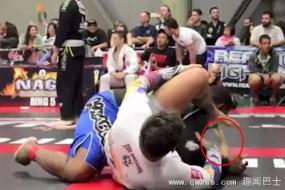 美格斗选手比赛时使暗器 放臭屁熏吐对手