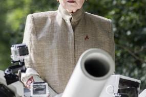 英霸道老太开坦克到首相家抗议