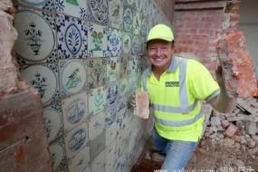 男子拆旧房时发现价值5万英镑墙中墙