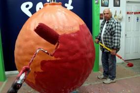 美父子为一棒球刷2.5万层漆 重达2吨多