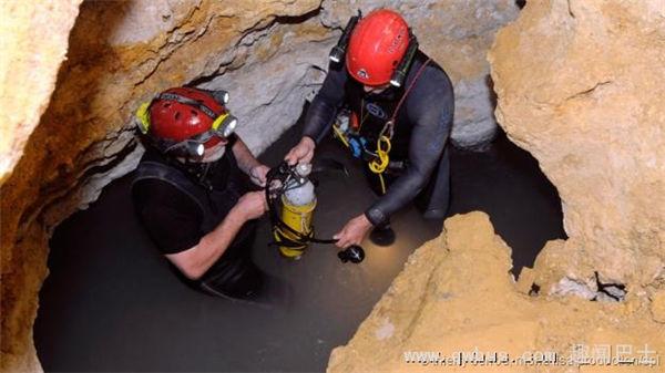 罗马尼亚科学家克里斯坦-拉斯库(左)在莫维勒洞穴中探险