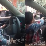 太危险!5岁幼童坐爸爸腿上开车