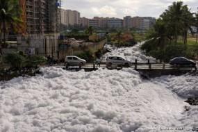 印度一湖泊溢出有毒泡沫 数米厚毒泡沫反复起火