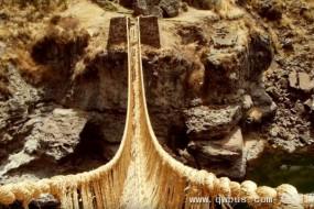 秘鲁神奇草绳古桥 村民每年重新编织