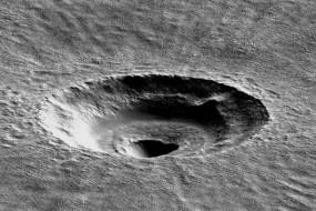 火星中低纬度地区地表下发现巨大冰层