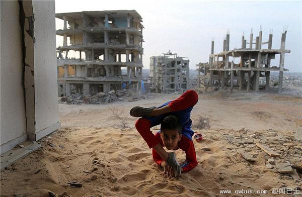 加沙男童扮蜘蛛侠在废墟上练体操-趣闻巴士