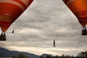 男子热气球间走钢丝被吹倒 脚勾绳索保住命